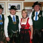 Wurden für 25 Jahre Mitgliedschaft bei den D'Paartalern geehrt: Sabine Schramm und Ernst Meidert (Mitte)