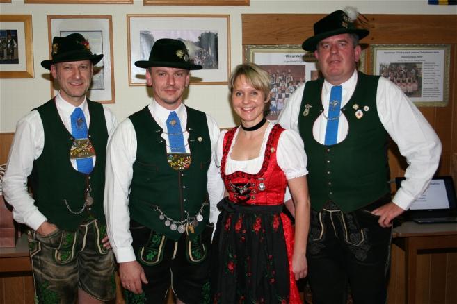 Ernst Meidert (2.v.l.) und Sabine Schramm (2.v.r.) wurden für 25 Jahre Mitgliedschaft bei den D'Paartalern vom 1. Vorsitzenden Bruno Meier (rechts) und 2. Vorsitzenden Christian Schramm (links) geehrt!